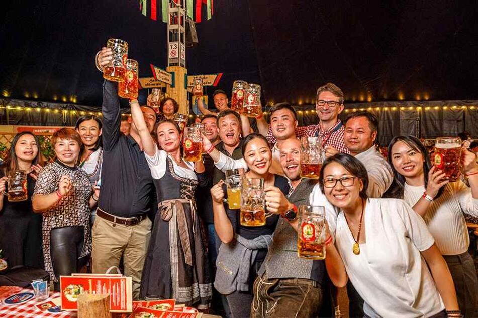Hoch die Maß - auch die asiatischen Oktoberfest-Besucher waren mit Begeisterung dabei.