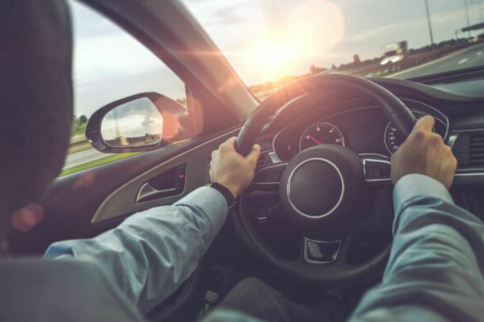 Autofahrerin fährt von Sonne geblendet auf Zebrastreifen in Frau und drei Kinder