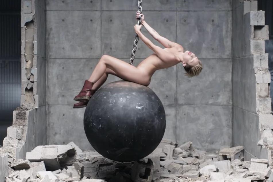 Miley Cyrus räkelt sich in ihrem Musikvideo auf einer Abrissbirne.