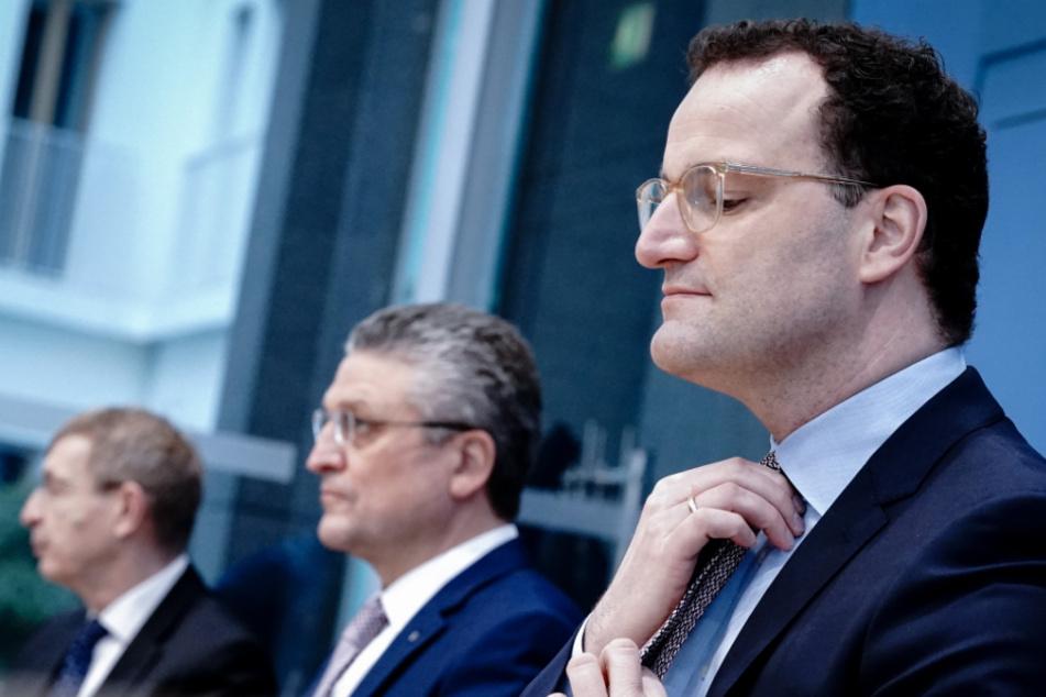 Jens Spahn (r, 40, CDU), Bundesminister für Gesundheit, Lothar Wieler (M), Präsident Robert Koch-Institut (RKI), und Klaus Cichutek, Präsident Paul-Ehrlich-Institut (PEI), Ende Januar in der Bundespressekonferenz.