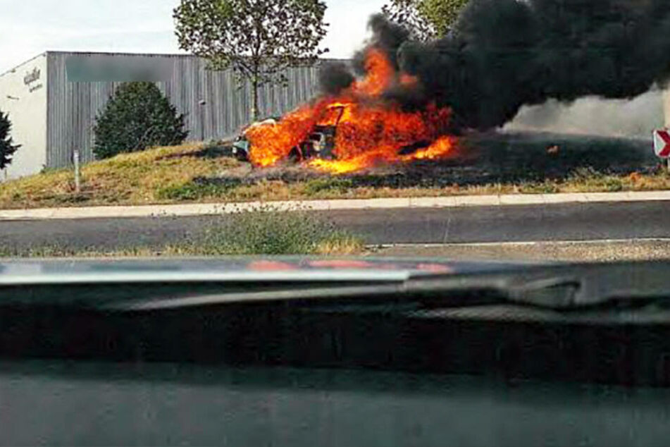 Feuer-Inferno: Mann flüchtet vor der Polizei, dann baut er heftigen Unfall