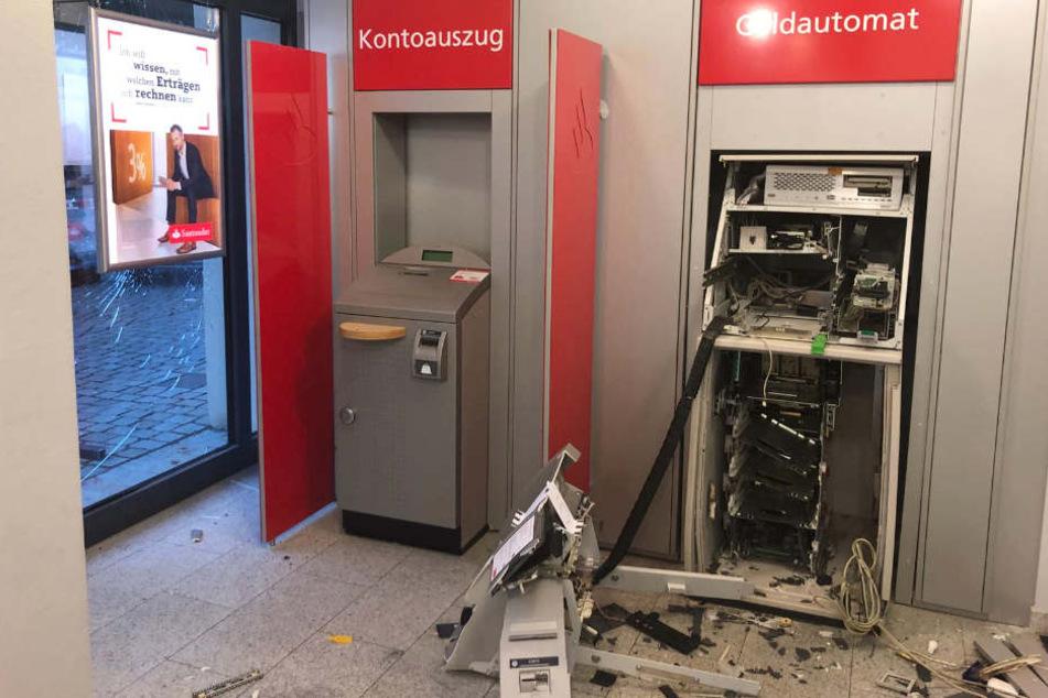 Unbekannte haben in Schwerin einen Geldautomaten gesprengt.