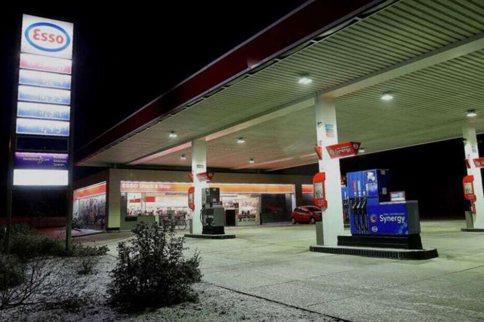 Erneut überfiel die Räuberin die Tankstelle an der Leipziger Straße. Hier hatte sie bereits am Sonntag einen dreistelligen Betrag erbeutet.