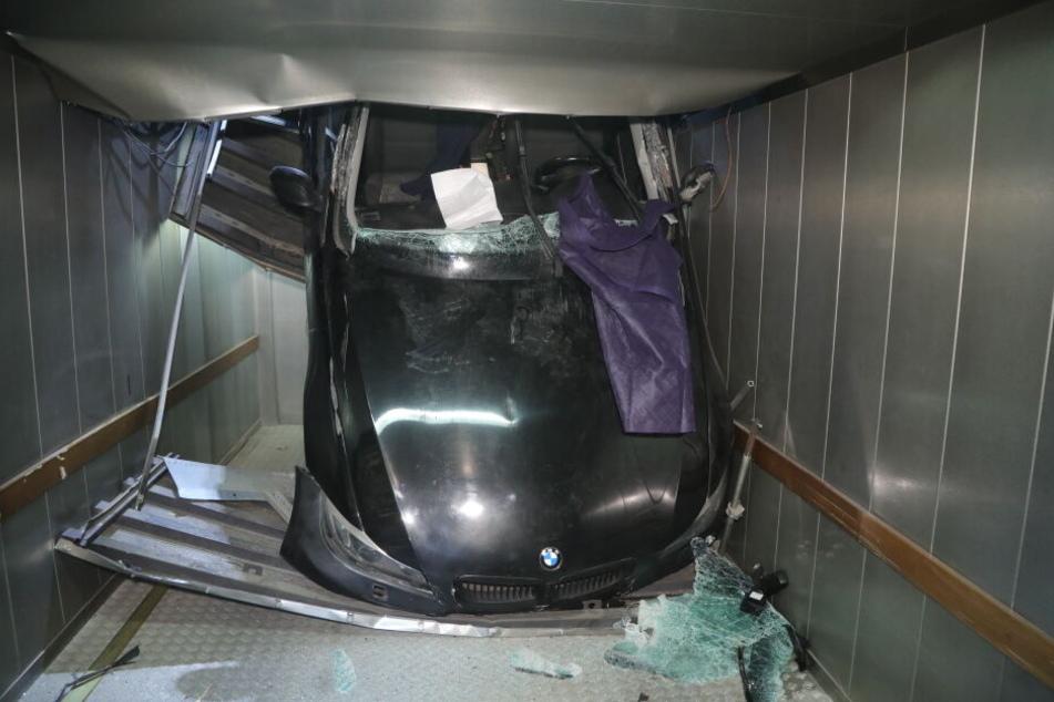 Das Auto durchbrach die Tür und krachte in die Tiefe.