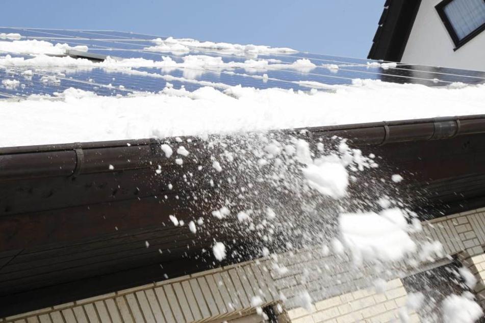 Eine Schneelawine ist in Suhl vom Dach eines Wohnhauses gerutscht und hat eine Autofahrerin getroffen.