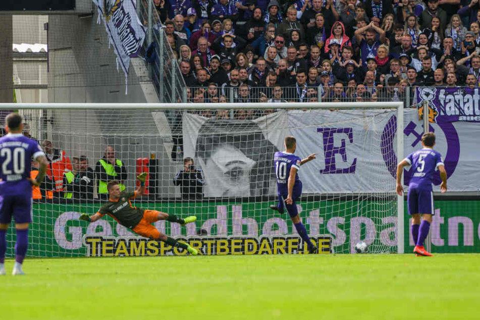Nervenstark: Dimitrij Nazarov verlädt Dynamo-Keeper Kevin Broll beim Elfmeter.