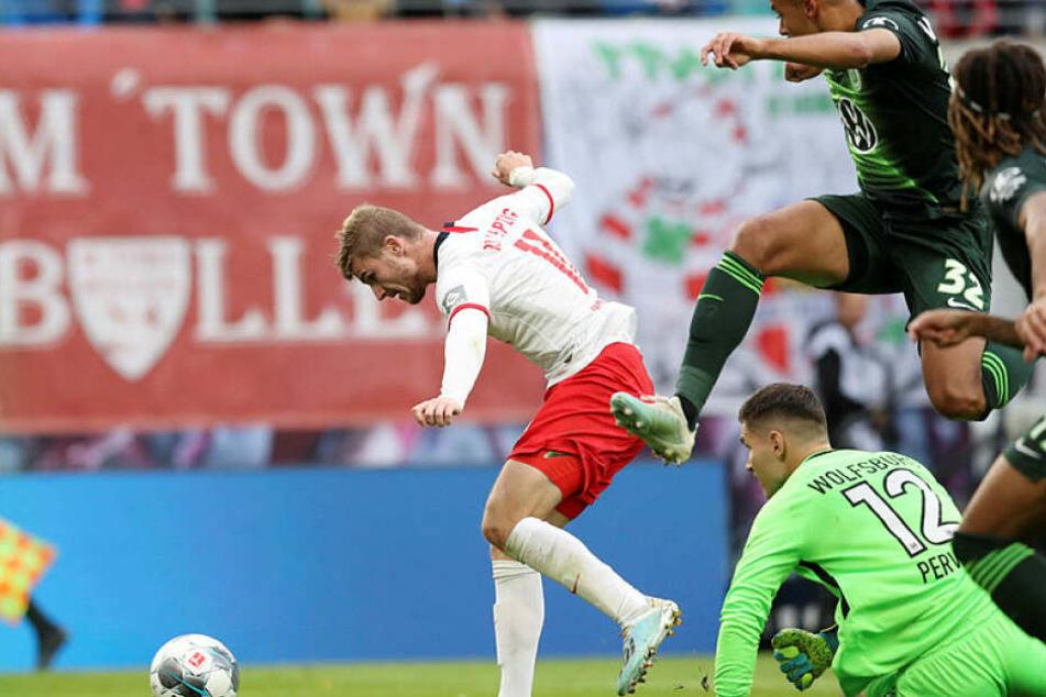 In solchen Situationen gibt's kein Halten für ihn: Timo Werner setzt sich im Laufduell gegen Kevin Mbabu (r.) durch, umkurvt danach Torhüter Pavao Pervan und trifft zum 1:0.