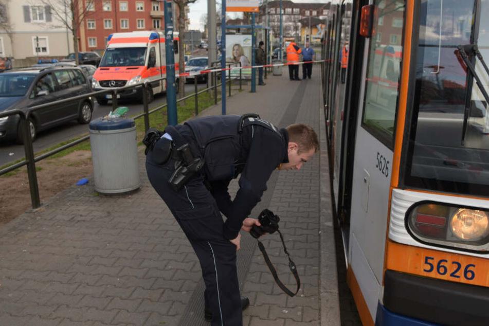 Polizist bei der Unfallaufnahme.