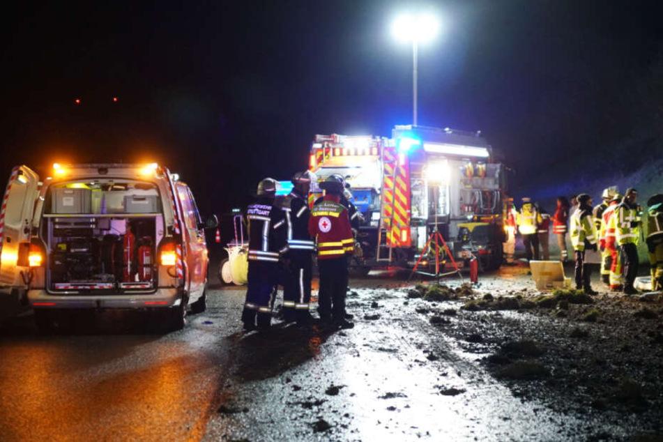 Die Feuerwehr Stuttgart, die Flughafenfeuerwehr, der Rettungsdienst mit Notarzt und drei Polizeistreifen an der Unfallstelle.