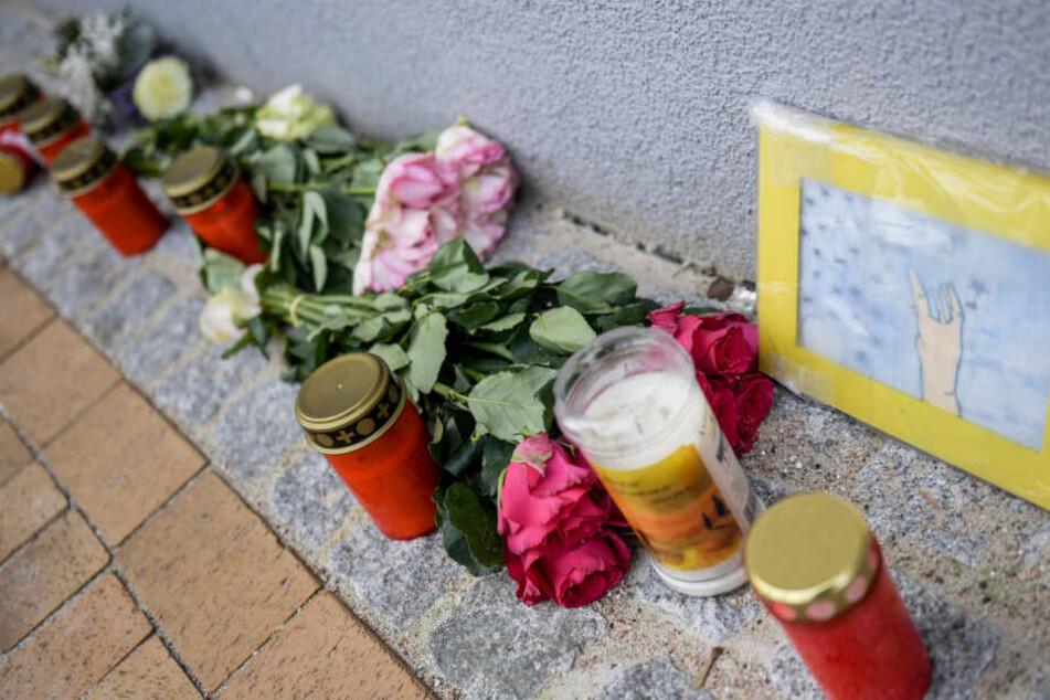 Nach der Tat haben Angehörige und Freunde Blumenkränze und Grabkerzen vor dem Haus abgelegt, in dem die 17-jährige Mireille getötet wurde.