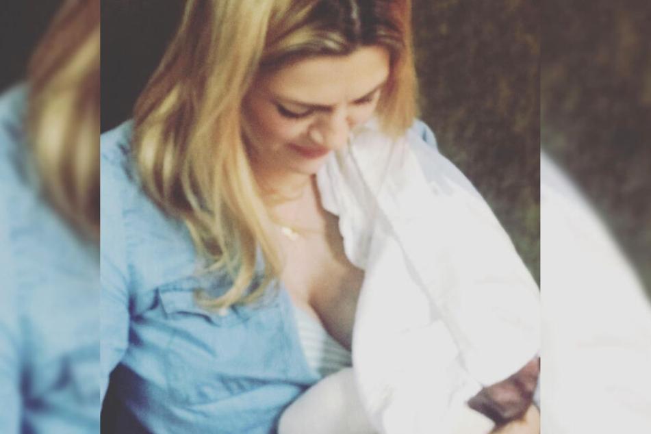 Nina Bott zeigt ein Foto beim Stillen ihres Babys.