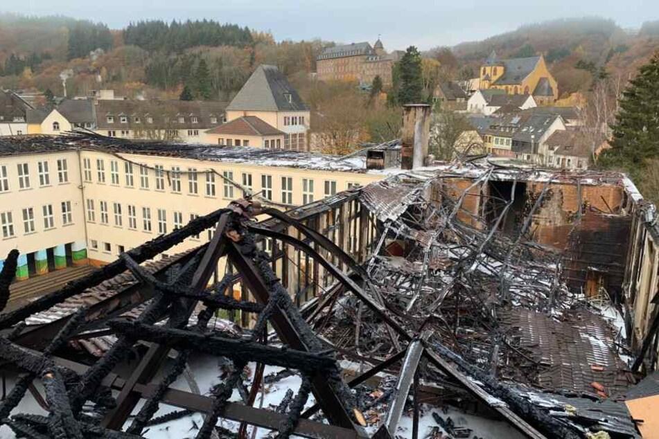Durch den Brand wurde der Dachstuhl eines Gebäudes komplett zerstört.