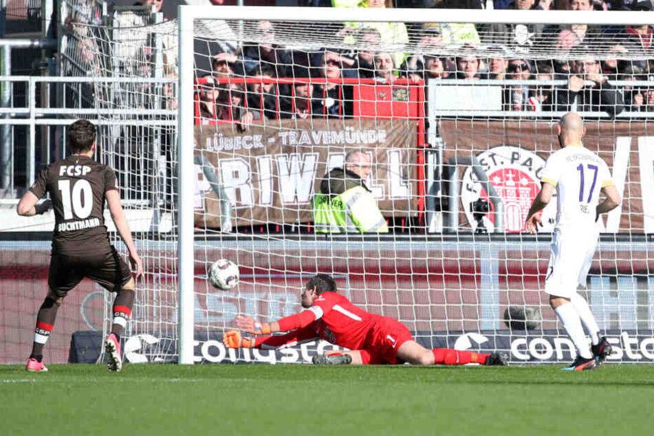 Tor für St.Pauli Hamburg: Christopher Buchtmann erzielt den Treffer zum 1:0 gegen Torhüter Martin Männel.
