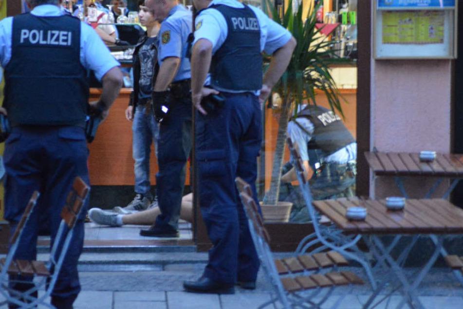 Die Beamten nahmen mehrere Personen fest.