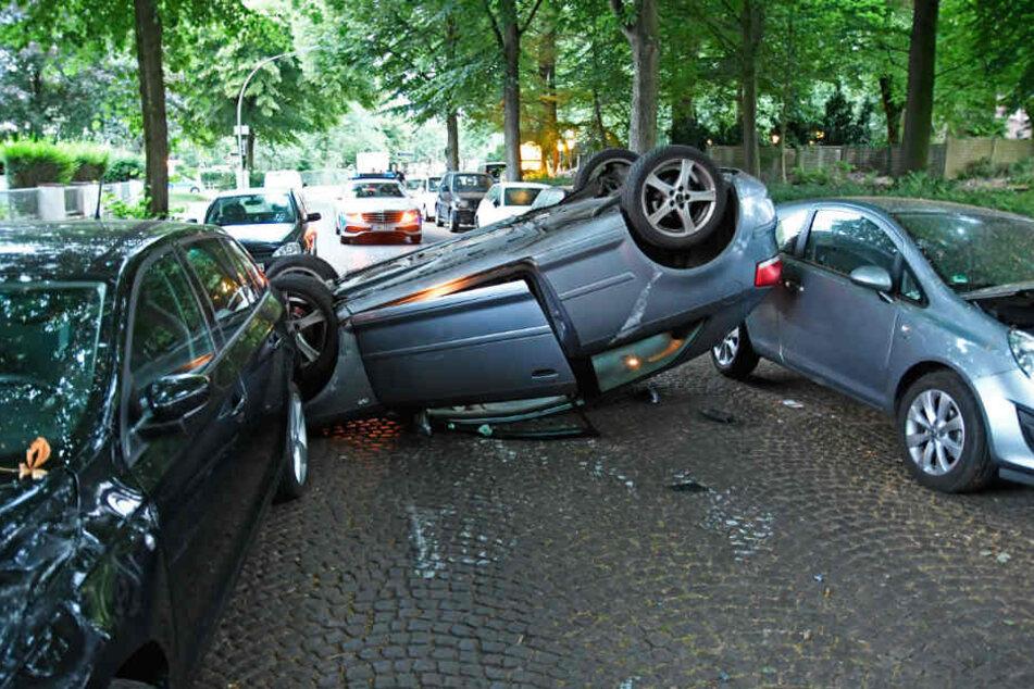 Das Fahrzeug blieb einfach auf dem Dach liegen.