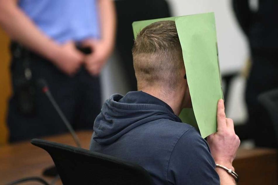 Am ersten Prozesstag schwieg der Angeklagte zu den ungeheuerlichen Vorwürfen.