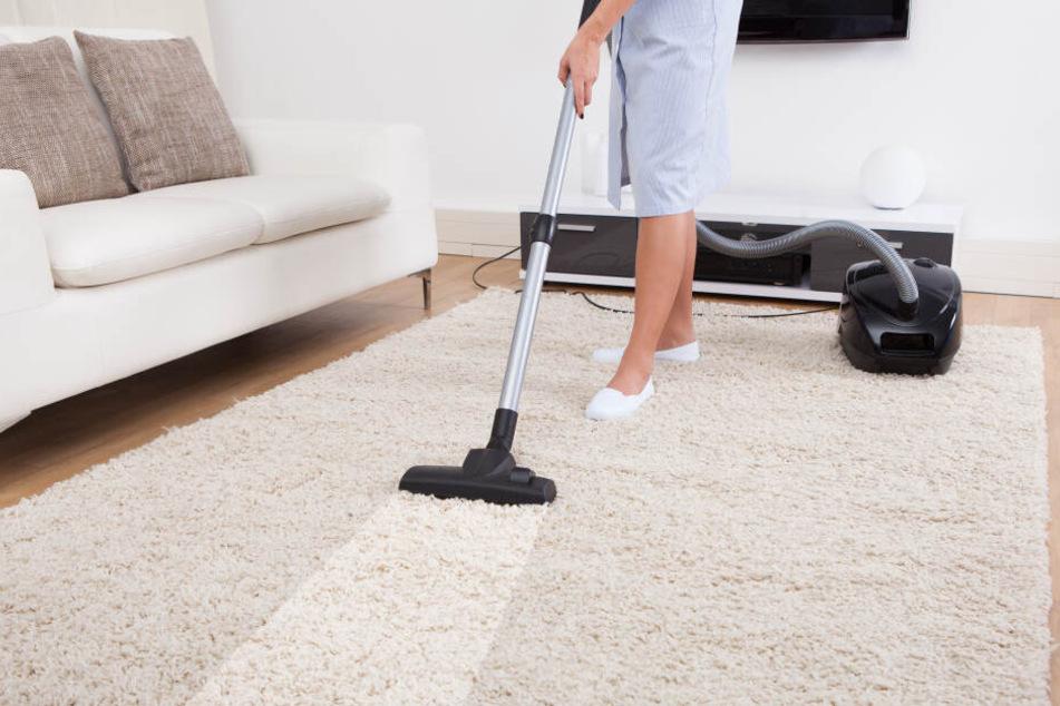Was man mit einem Staubsauger machen sollte: Den Boden von Schmutz befreien.