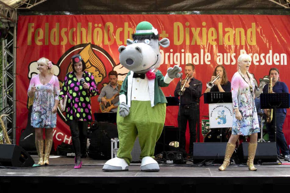 Gemeinsam mit den Zwillingen trat auch Maskottchen Dixie auf.