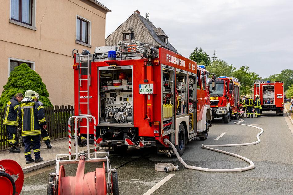 Die Feuerwehr rückte mit mehreren Einsatzfahrzeugen an und kämpfte anschließend gegen die Flammen.