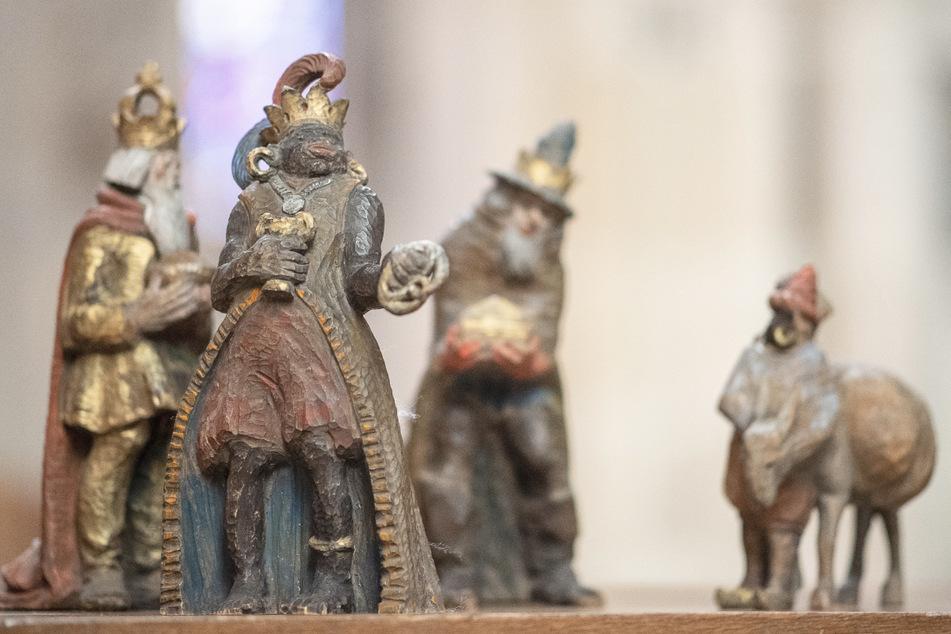 Die Figur des Melchior (2.v.l) steht mit den anderen Figuren der Heiligen Drei Könige im Ulmer Münster. Die Figuren werden bald in einem Museum ausgestellt.