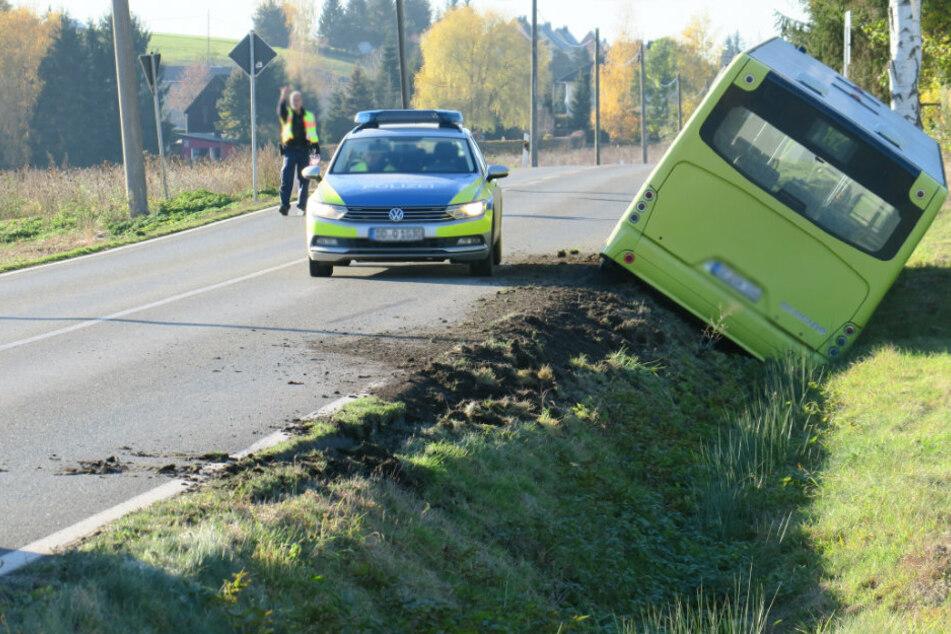 Bus im Erzgebirge verunglückt: Fahrer verletzt