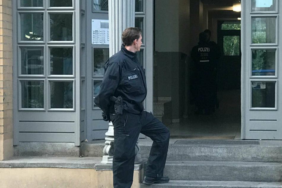 Ein Polizist steht bei einer Razzia gegen kriminelle Mitglieder arabischer Großfamilien vor einem Haus. (Archivbild)