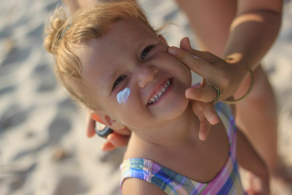 Sonnencreme ist für alle Kinder notwendig, die sich viel in der Sonne aufhalten.