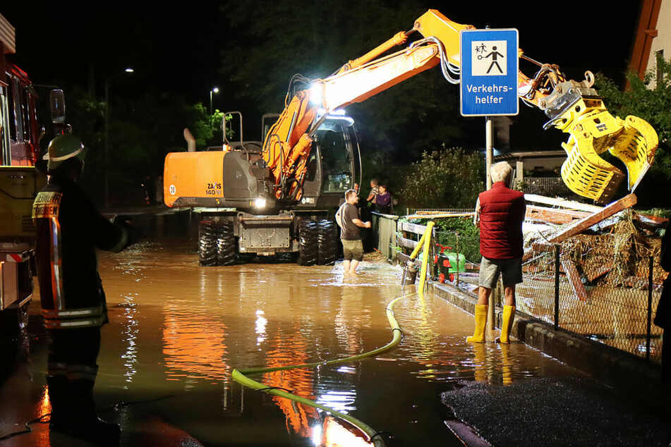 Noteinsatz in Bayern: Feuerwehr und Helfer mit schwerem Gerät beseitigen Schäden nach schweren Unwettern.