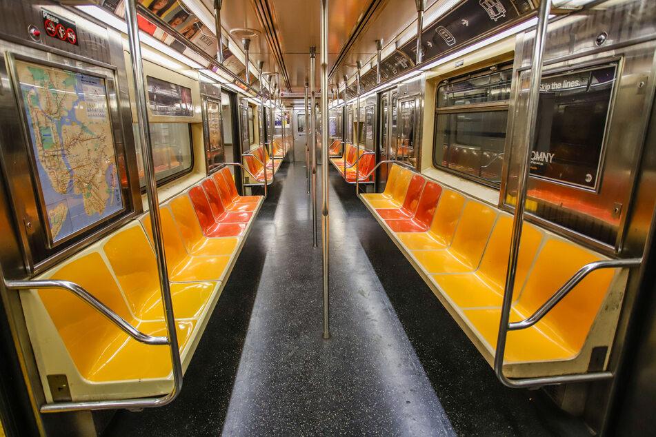 Ein leerer Waggon der ansonsten überfüllten New Yorker U-Bahn während der Corona-Pandemie. Ab dem 17. Mai sollen die Züge wieder rund um die Uhr fahren.
