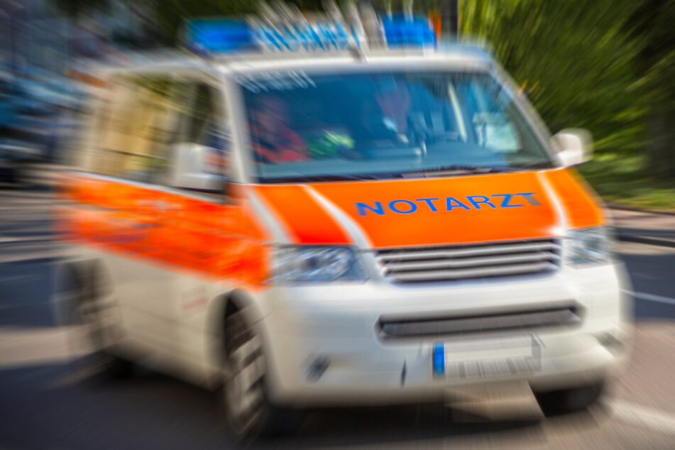 Köln: Unter Auto eingeklemmt: Fußgänger in Düsseldorf schwer verletzt