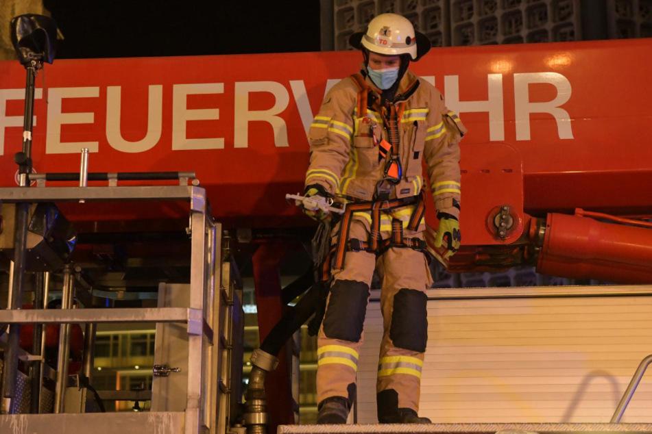 Eine Feuerwehrmann hat es geschafft und zeigt die Drohne.