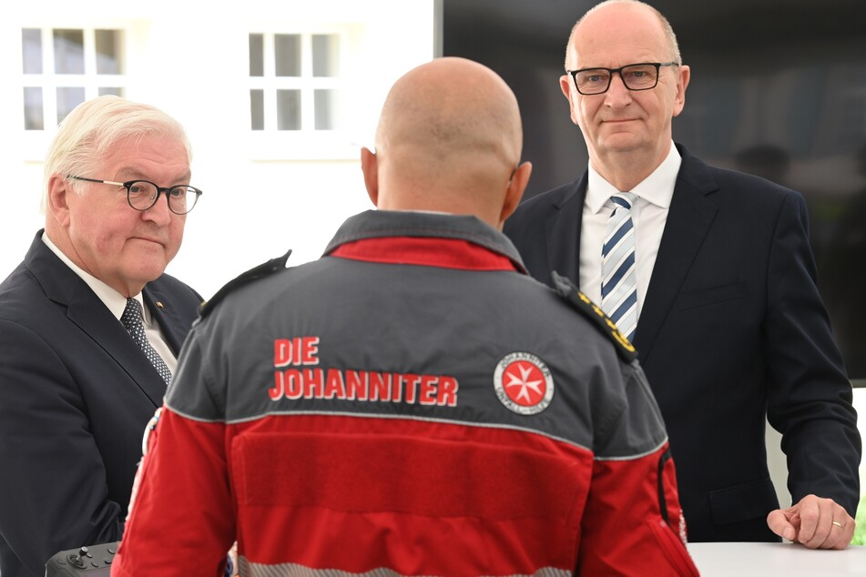 Bundespräsident Frank-Walter Steinmeier (65, SPD, l.) und der brandenburgische Ministerpräsident Dietmar Woidke (59, SPD) besuchten am Freitag das Johanniter-Krankenhauses in Treuenbrietzen.
