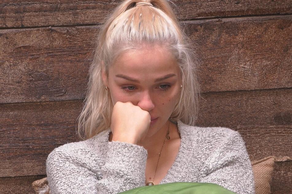 Emmy (21) heult, weil Ikke Druck auf die Blondine ausübt.
