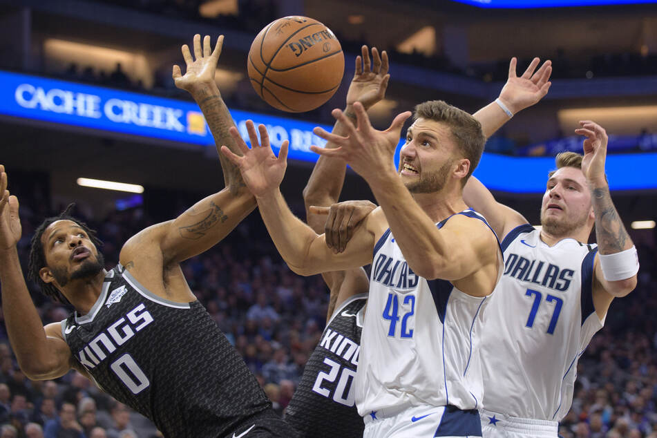 Maxi Kleber (2.v.r) von den Dallas Mavericks gegen Trevor Ariza (l) und Harry Giles III (2.v.l) von den Sacramento Kings. Auch Kleber soll bald wieder spielen können.