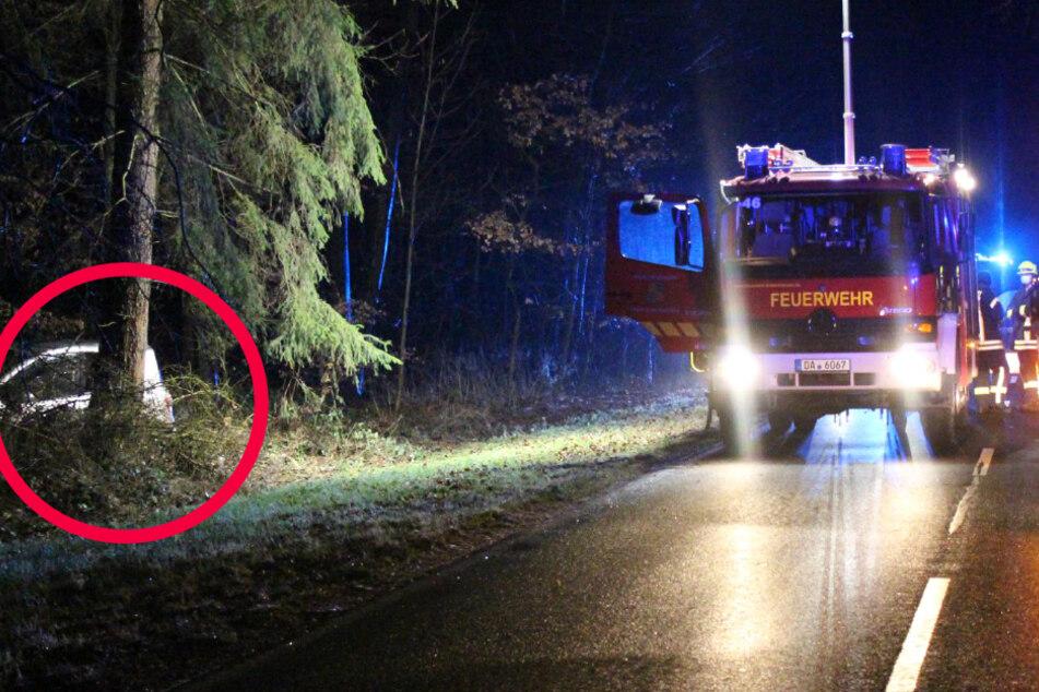 Unfall bei Babenhausen in Südhessen: Das Bild zeigt links ein Autowrack neben der Straße.