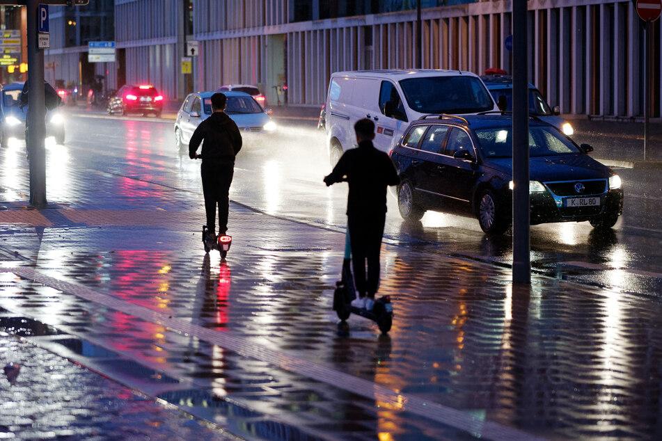 Nach ansteigenden Verstößen bei Nacht während der Fahrt prüft die Stadt Düsseldorf ein Nachtfahrverbot für E-Scooter. (Archivbild)