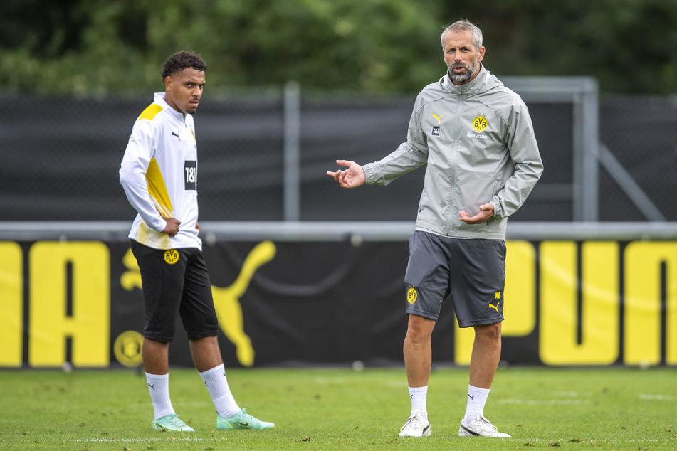 Donyell Malen (22, l.) neben BVB-Coach Marco Rose (44, r.).