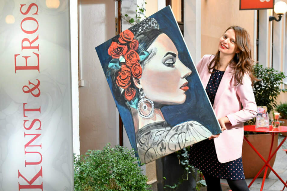 """Janett Noack (39) - hier mit dem Bild """"Flamenca"""" von Steffen Fischer - fehlt die Laufkundschaft in ihrer Galerie """"Kunst & Eros""""."""