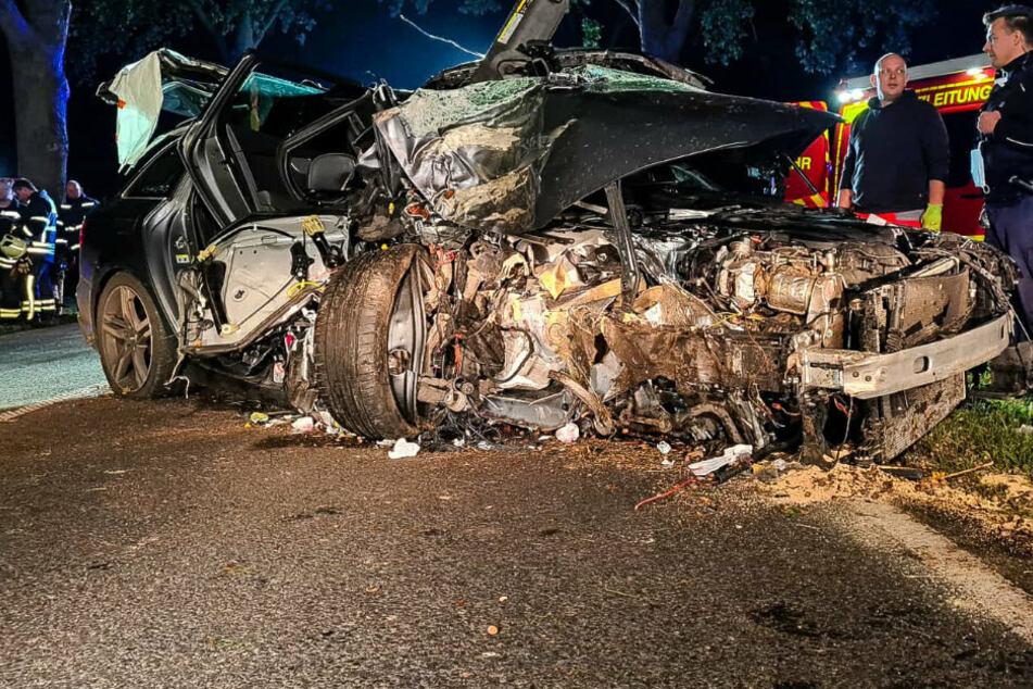 Berlin: Schwerer Unfall mit mehreren Verletzten: Audi prallt gegen Baum