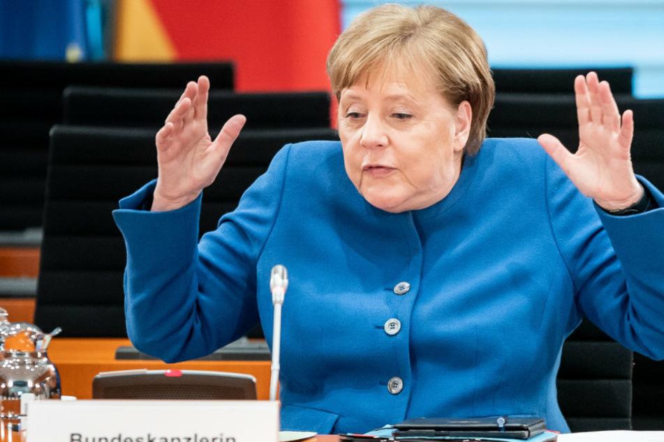 Bundeskanzlerin Angela Merkel (CDU), reagiert zu Beginn der wöchentlichen Sitzung des Bundeskabinetts im Kanzleramt als Sie sich auf den zu weichen Stuhl setzt.