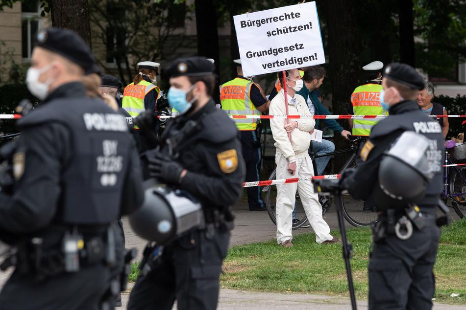 Ein Teilnehmer einer Demonstration gegen die Anti-Corona-Maßnahmen der Politik steht am Rand der Theresienwiese. (Archivbild)