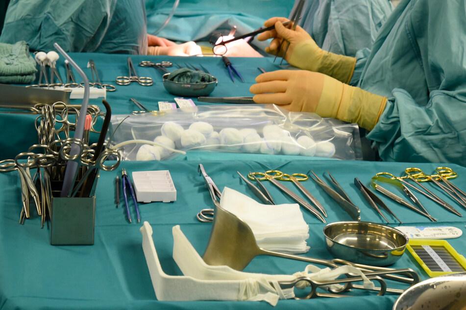 In einem Transplantationszentrum wird eine von einem gesunden Spender entnommene Niere beim Empfänger transplantiert.