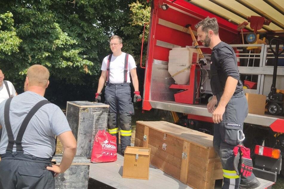 Die Freiwillige Feuerwehr hat sechs Kisten mit feuchten Waschlappen in Haldensleben aufgestellt. Diese sollen die Schlange anlocken.
