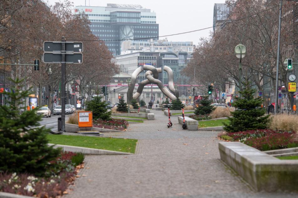 Die Einkaufsstraße Tauentzienstraße/Kurfürstendamm ist fast menschenleer und die Geschäfte sind bis auf Ausnahmen geschlossen.