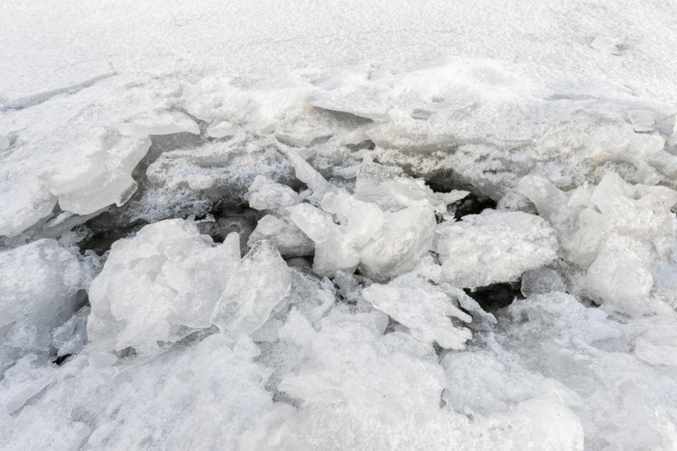 10-Jähriger bricht beim Spielen auf Eisfläche ein: Spaziergänger reagiert heldenhaft