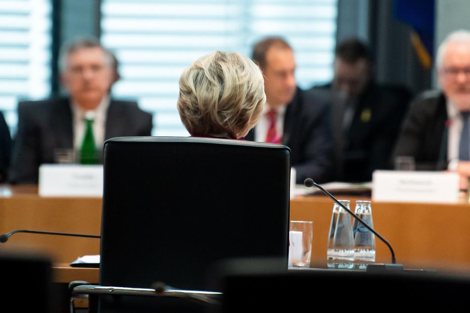 Ursula von der Leyen (CDU), ehemalige Verteidigungsminsterin und heutige Präsidentin der EU-Kommission, sitzt bei der Befragung des Untersuchungsausschusses des Bundestags zur Berateraffäre im Verteidigungsministerium im Deutschen Bundestag.