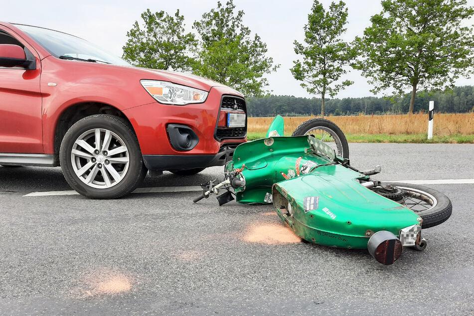 Schwalbe rutscht in Mitsubishi: Mopedfahrer wird in Klinik geflogen!