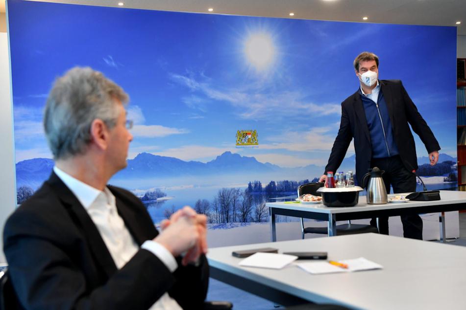 Michael Piazolo (l.,61, Freie Wähler), Staatsminister für Unterricht und Kultus, und Markus Söder (54, CSU), Ministerpräsident von Bayern, nehmen gemeinsam am Gespräch der Staatsregierung mit Vertretern der Schulfamilie teil.