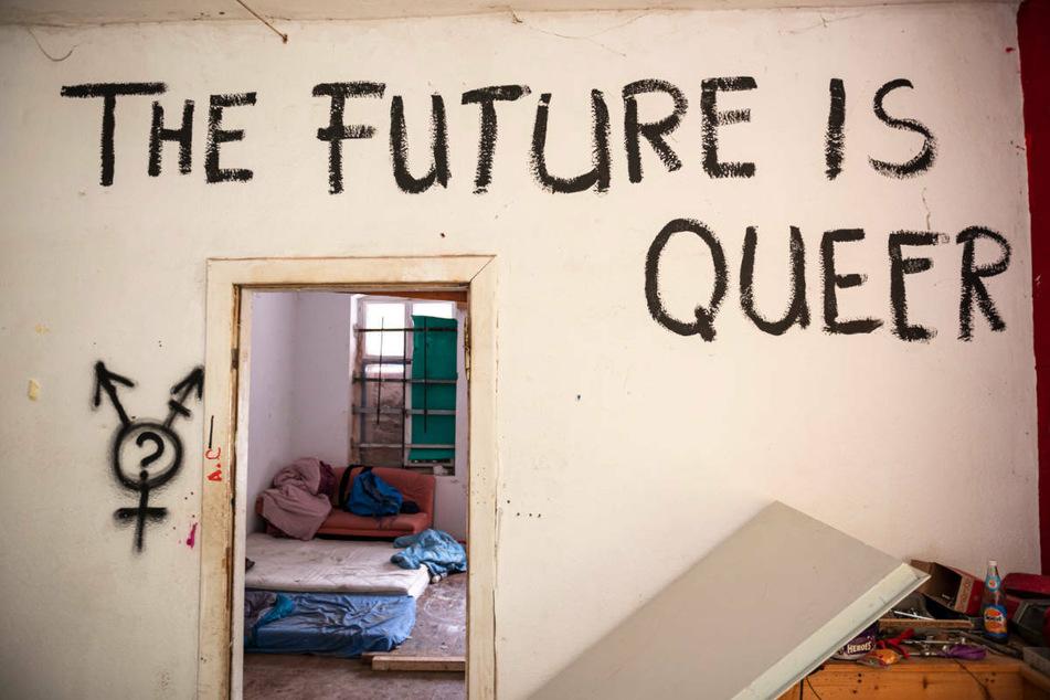 """An einer Innenwand des ehemals besetzten Hauses """"Liebig 34"""" in Berlin steht """"The Future is Queer""""."""
