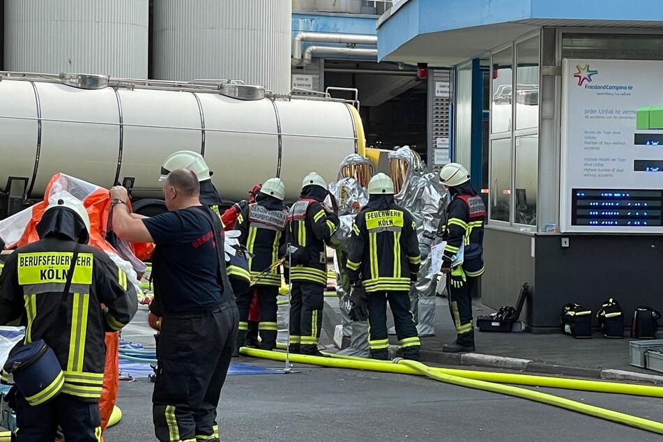 Bevor die Feuerwehrleute die Tanks näher begutachteten, wurden ihnen Schutzanzüge übergezogen.
